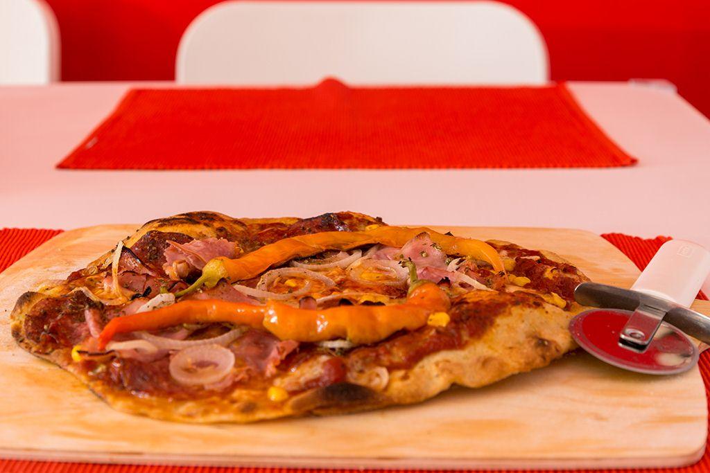 Pizza mit Salami und Schinken